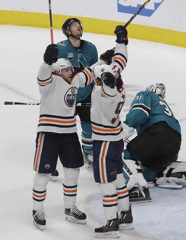 Radost v podání hokejistů Edmontonu Oilers na ledě San Jose Sharks.