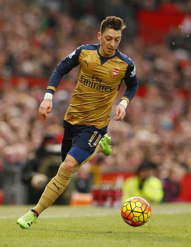 Mesut Özil z Arsenalu při ligovém utkání s Manchesterrm United.