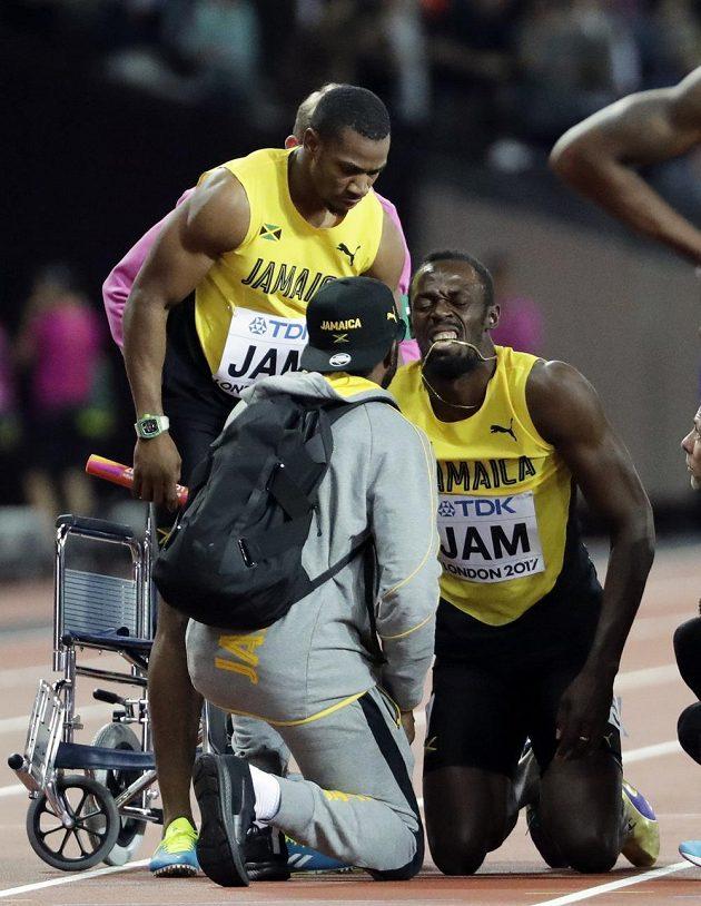 Jamajčan Usain Bolt po pádu ve štafetě, pořadatelé pro něj poslali pojízdné křeslo, které ale odmítl.
