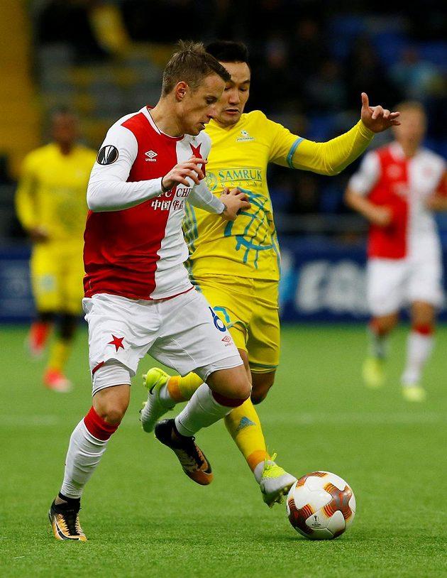 Fotbalista Slavie Jan Sýkora v souboji o míč se Serikžanem Mužikovem z Astany v utkání Evropské ligy.