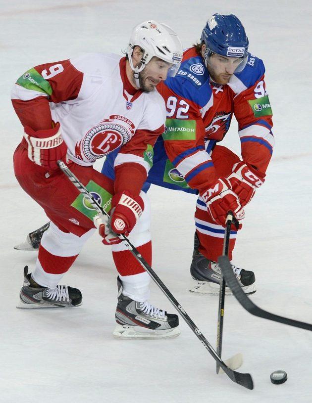 O puk bojují Josh Hennessy z Čechova (vlevo) a Jakub Nakládal z týmu Lev Praha.