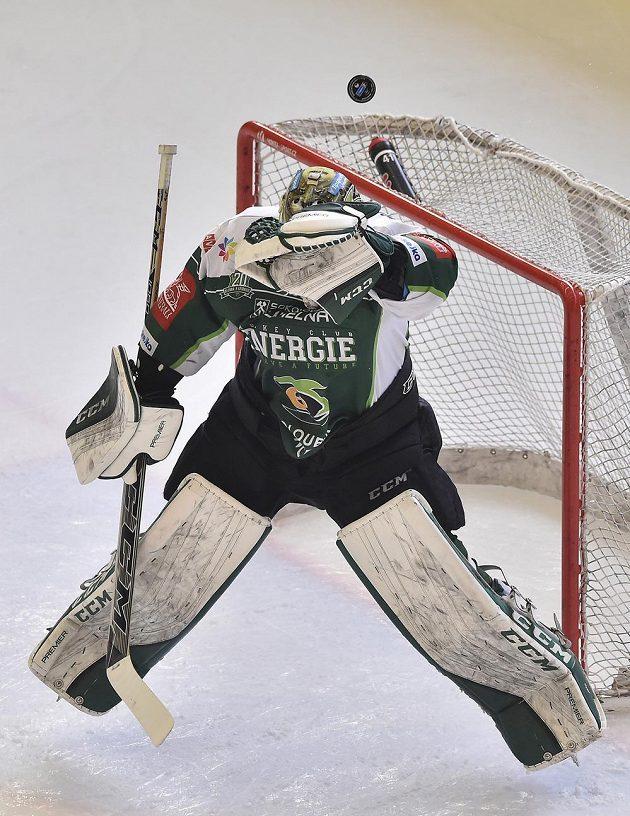Brankář Karlových Varů David Honzík v akci během utkání 11. kola baráže o hokejovou extraligu na ledě HC Dukla Jihlava.