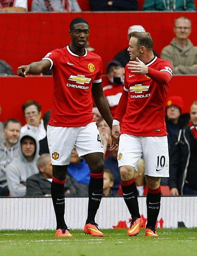 Wayne Rooney (vpravo) v diskuzi se spoluhráčem z Manchesteru United Tylerem Blackettem po druhém gólu Swansea.