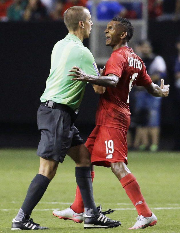 Panamský fotbalista Alberto Quintero (vpravo) byl po semifinále Zlatého poháru s Mexičany nespokojen s výkonem amerického sudího Marka Geigera.