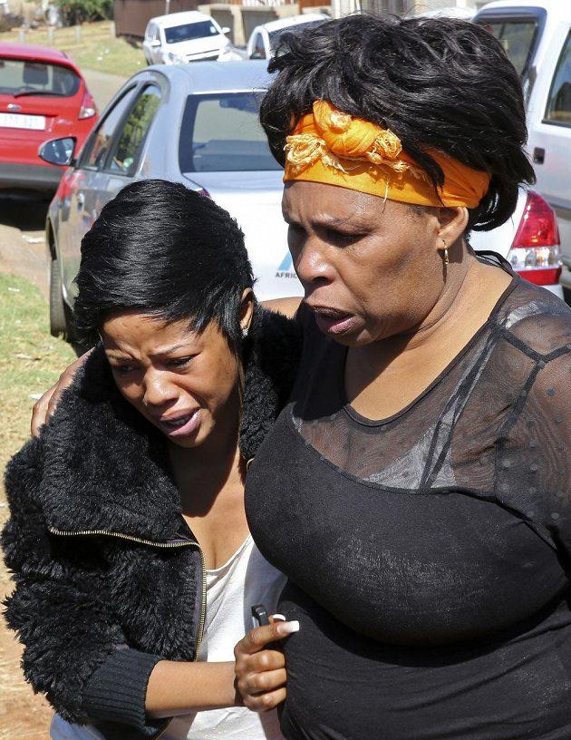 Rodinní příbuzní Kelly Khumalové, přítelkyně kapitána fotbalistů JAR Senza Meyiwy, nesli jeho smrt velmi těžce.