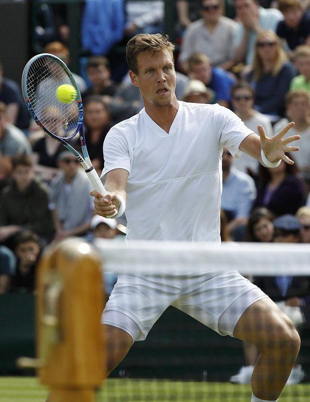 Tomáš Berdych v akci během 2. kola Wimbledonu proti Němci Benjaminu Beckerovi.