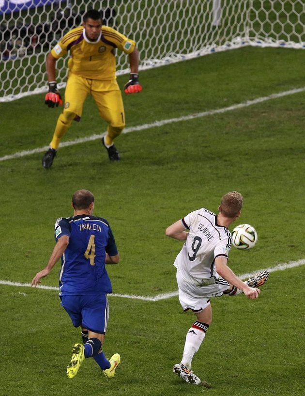 Německý útočník Andre Schürrle (dole vpravo) střílí v prodloužení na argentinskou bránu, gólmana Sergia Romeru ale nepřekonal.