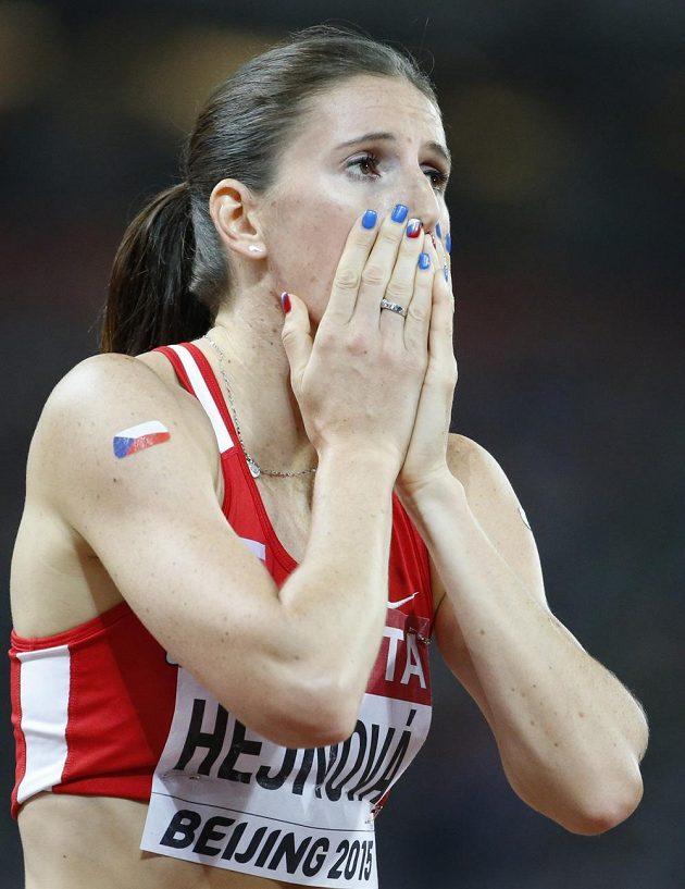 Jakoby zaskočená Zuzana Hejnová v cíli finále na 400 m překážek při MS v Pekingu.