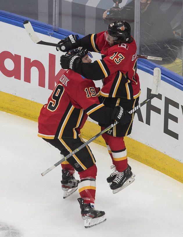 Hokejista Matthew Tkachuk (19) slaví se spoluhráčem Johnnym Gaudreauem (13) gól Calgary v utkání s týmem Winnipeg Jets.
