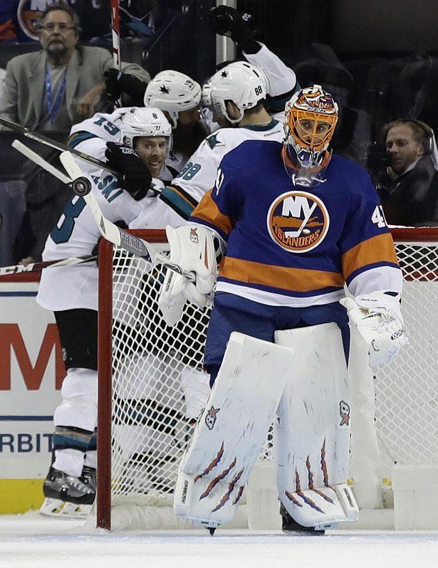 Žraloci ze San Jose oslavují trefu Tomáše Hertla, v popředí slovenský brankář New York Islanders Jaroslav Halák.