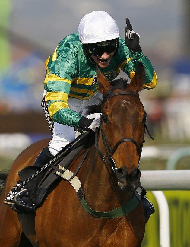 Dámy jsou i v sedle. Nina Carberryová z Irska v sedle koně On The Fringe při cestě k úspěchu v jednom z dostihů v rámci Grand National Festivalu.