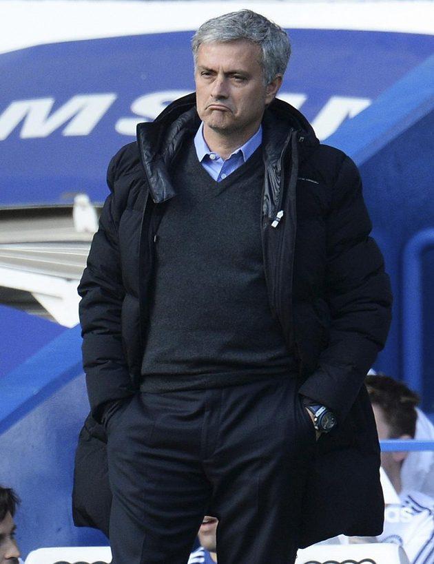 Nespokojený manažer londýnské Chelsea José Mourinho při duelu proti Sunderlandu.