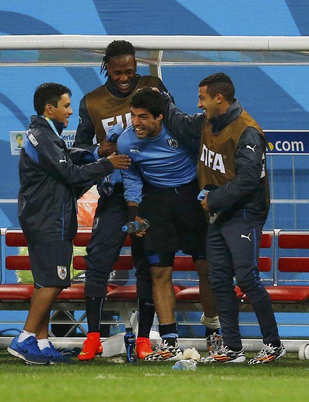 Luis Suárez (uprostřed) mohl se spoluhráči nakonec slavit výhru nad Anglií.