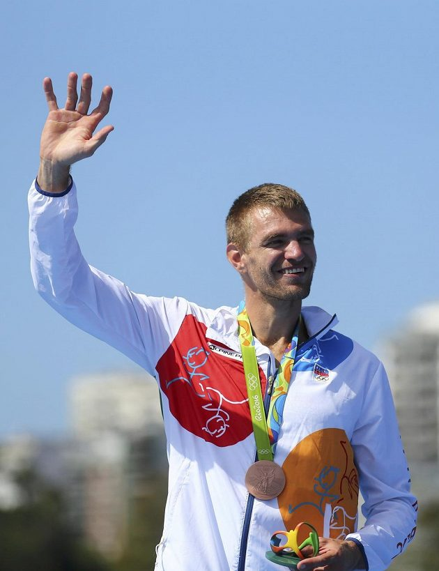 Skifař Ondřej Synek slaví na olympiádě v Riu bronzovou medaili.