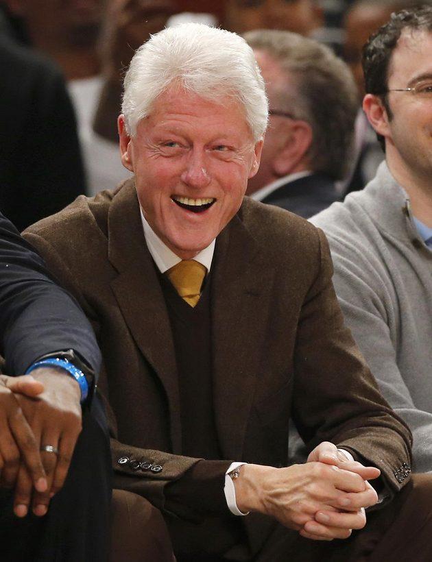 Bývalý prezident USA Bill Clinton v hledišti při utkání hvězd NBA.
