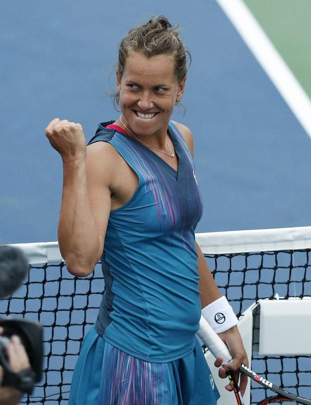 Zatnutá pěst na znamení vítězství. Barbora Strýcová slaví postup do 2. kola na US Open.