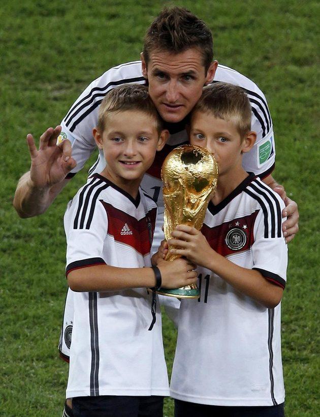 Německý útočník Miroslav Klose a jeho synové.