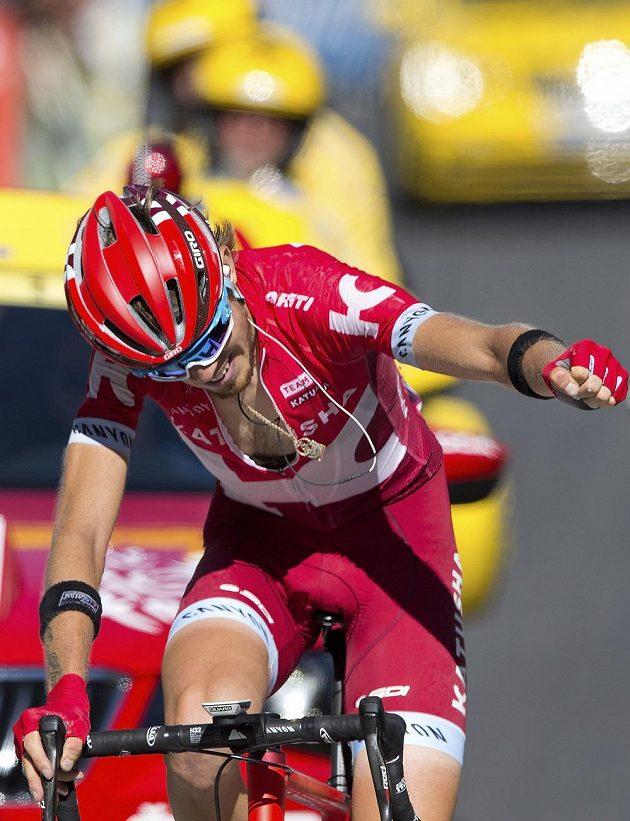 Rus Ilnur Zakarin se raduje z vítězství v 17. etapě Tour de France.