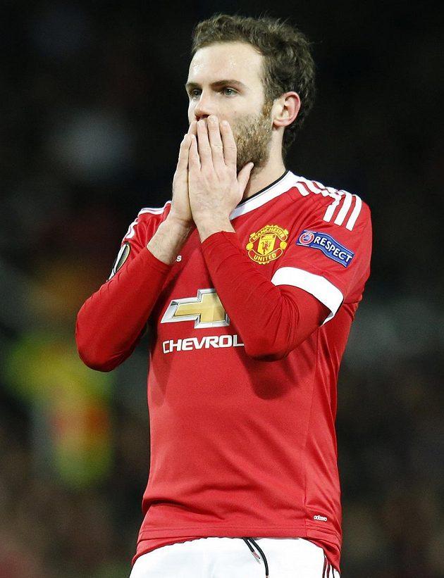 Juan Mata po neproměněné penaltě v odvetě proti FC Midtjylland.