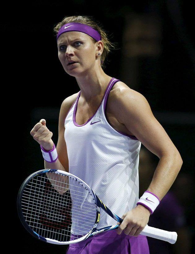Česká tenistka Lucie Šafářová gestikuluje během utkání se Španělkou Muguruzaovou na Turnaji mistryň.