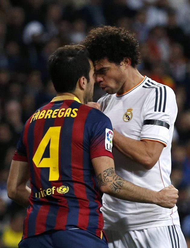 Celé situaci předcházela ostrá výměna názorů mezi Pepém z Realu Madrid (vpravo) a Ceskem Fábregasem z Barcelony.