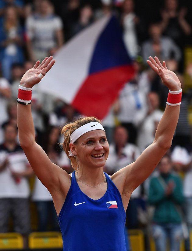Lucie Šafářová děkuje fanouškům po svém posledním fedcupovém zápase