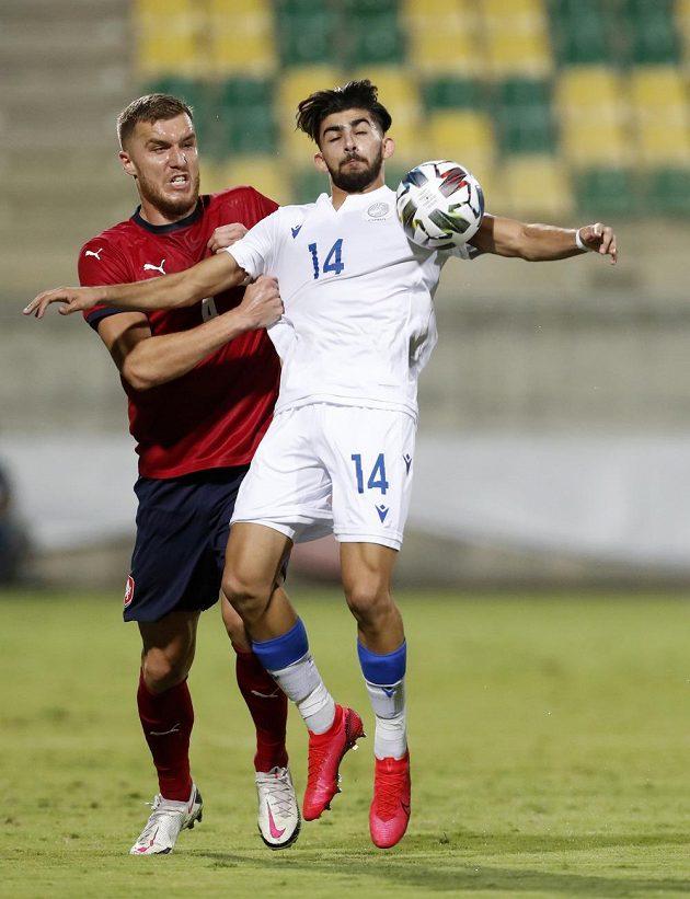 Reprezentační nováček Tomáš Petrášek (vlevo) v souboji s Kypřanem Andronikosem Kakullisem.