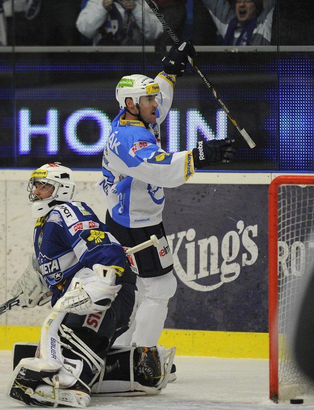 Plzeňský útočník Tomáš Vlasák se raduje z gólu. Vlevo je brankář Komety Lukáš Klimeš.