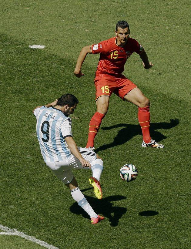 Argentinec Gonzalo Higuaín (vlevo) napřáhl a bylo z toho vedení jihoamerického celku ve čtvrtfinále s Belgičany. Daniel van Buyten střele zabránit nestačil.