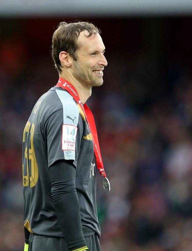 Petr Čech po vítězství nad Wolfsburgem navlékl pamětní medaili za triumf na Emirates Cupu.