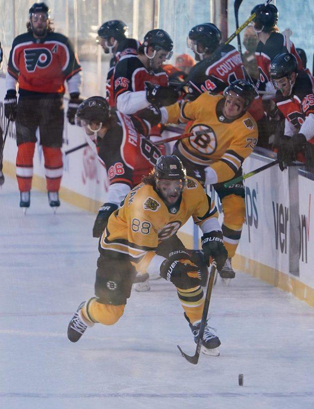 Český útočník David Patrňák z Bostonu spěchá za pukem v utkání NHL proti Philadelphii.