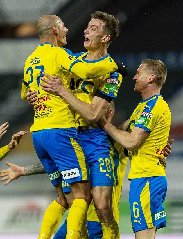 Zleva Jakub Řezníček, Jan Knapík a Petr Kodeš z Teplic se radují z gólu proti Zlínu.