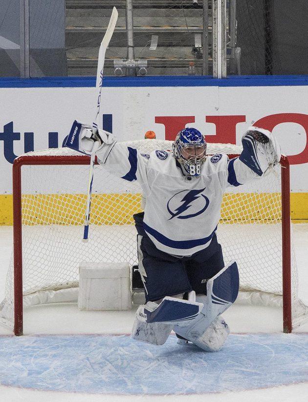 Hurá, jdeme do finále! Radost brankáře Tampy Andreje Vasilevského po výhře Bolts v sérii s New York Islanders.