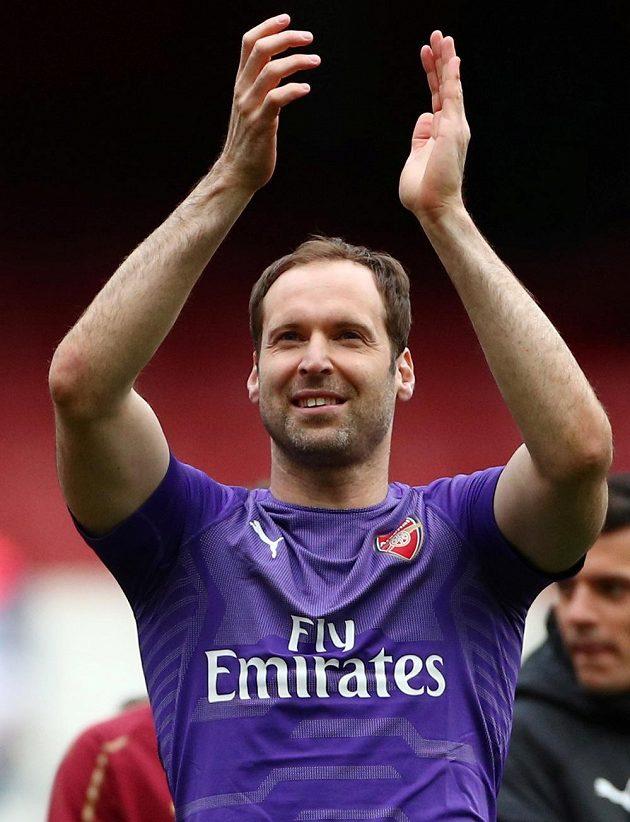 Brankář Petr Čech děkuje potleskem fanouškům fotbalového Arsenalu za podporu, jaké se mu od nich během působení v dresu Gunners dostalo.