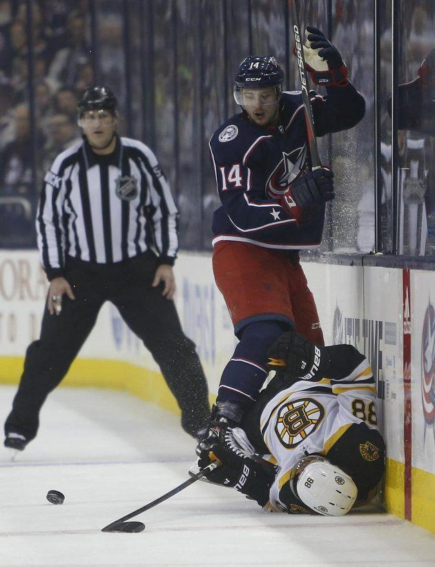 Švýcarský hokejista Dean Kukan v dresu Columbusu Blue Jackets poslal k zemi Davida Pastrňáka z Bostonu v utkání play off NHL.