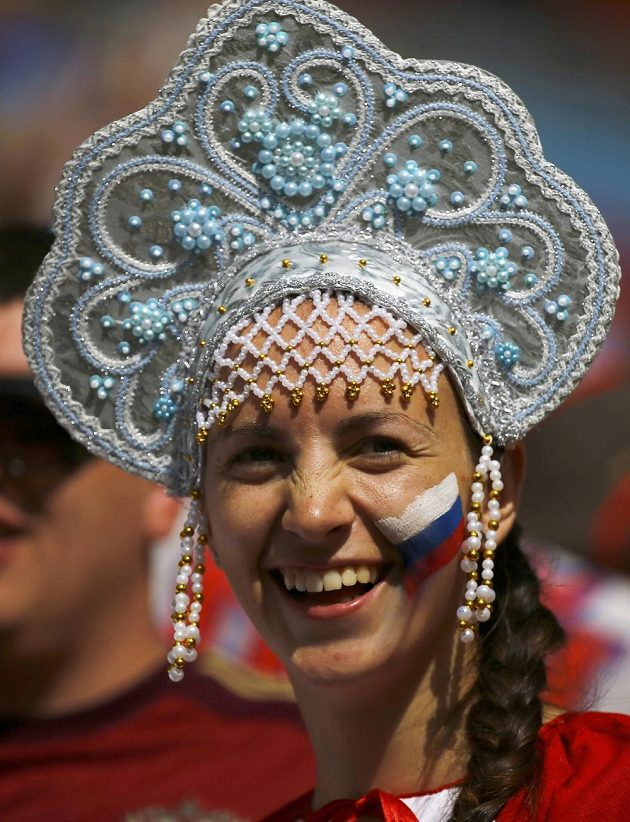Ruská fanynka v ochozech slavného brazilského stadiónu Maracaná.