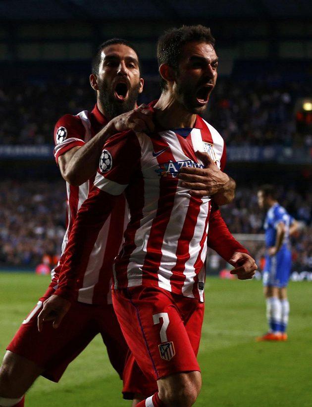 Útočník Atlétika Madrid Adrián López (vpravo) slaví se spoluhráčem Ardou Turanem gól v síti Chelsea.