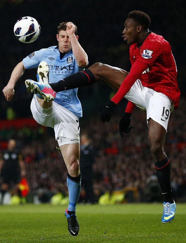 Danny Welbeck (vpravo) v souboji s Garethem Barrym z Manchesteru City.