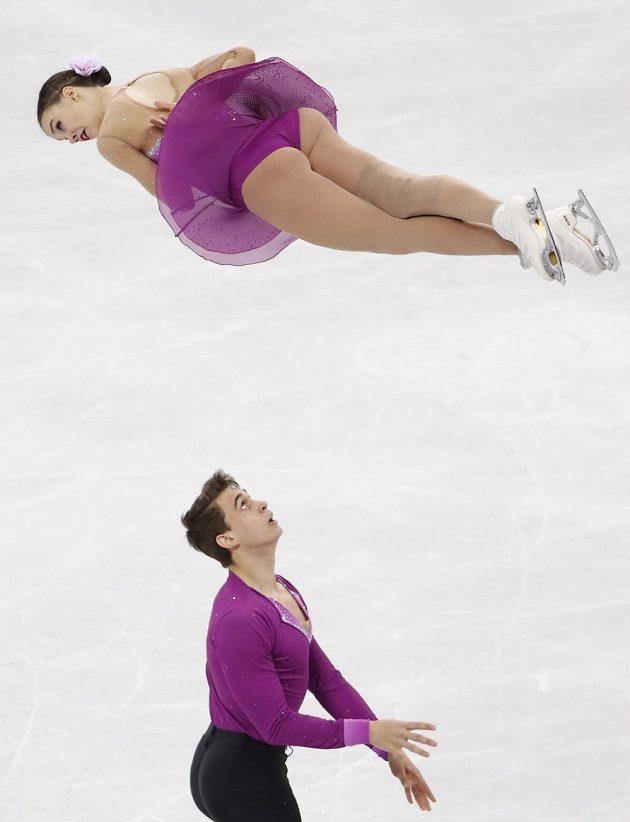Anna Dušková letí vzduchem při krátkém programu sportovních dvojic na olympiádě v Pchjongčchangu. Do vzduchu ji poslal její krasobruslařský partner Martin Bidař.