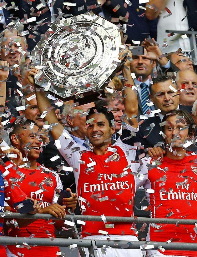 Fotbalisté Arsenalu (zprava) Tomáš Rosický, Mikel Arteta a Alex Oxlade-Chamberlain se radují ze zisku Superpoháru.