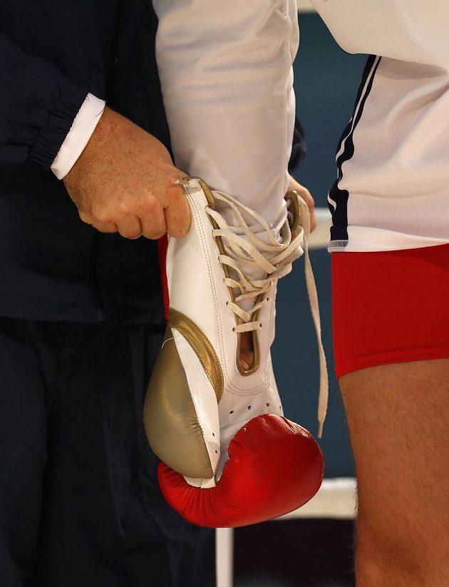 Rukavice Tyson Furyho při tréninku na duel v Düsseldorfu.