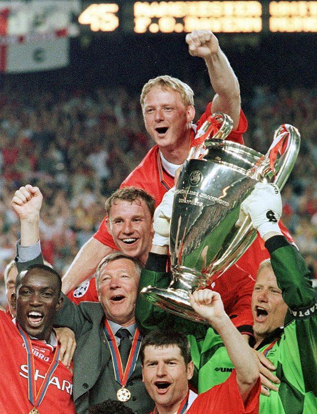 Alex Ferguson, druhý zleva, slavil v květnu 1999 vítězství v Lize mistrů.
