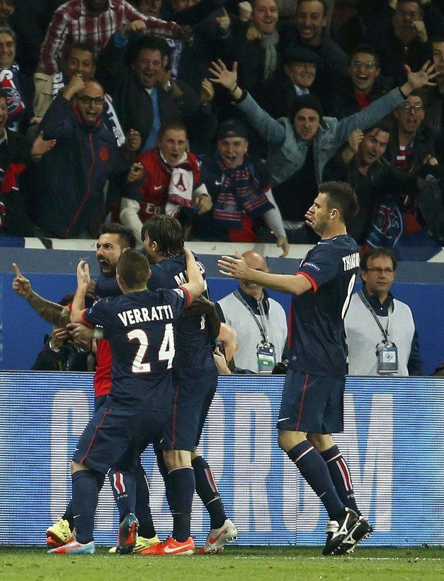 Fotbalisté PSG se radují z výhry nad Chelsea.