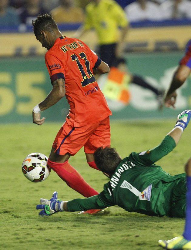 Brazilec Neymar z Barcelony obchází brankáře Levante Jesuse.