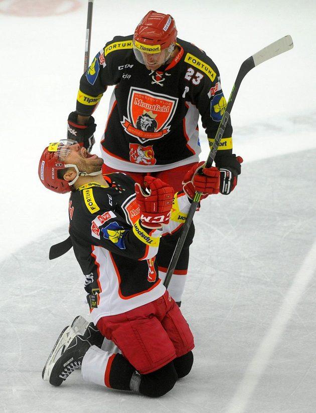 Hradečtí obránci Peter Frühauf (vlevo) a René Vydarený se radují z gólu proti Pardubicím.