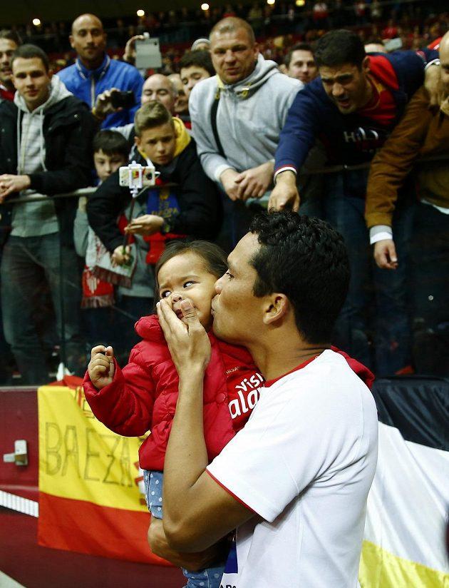 Carlos Bacca se svou dcerkou a fanoušky po finále Evropské ligy ve Varšavě, kde vstřelil dva góly.