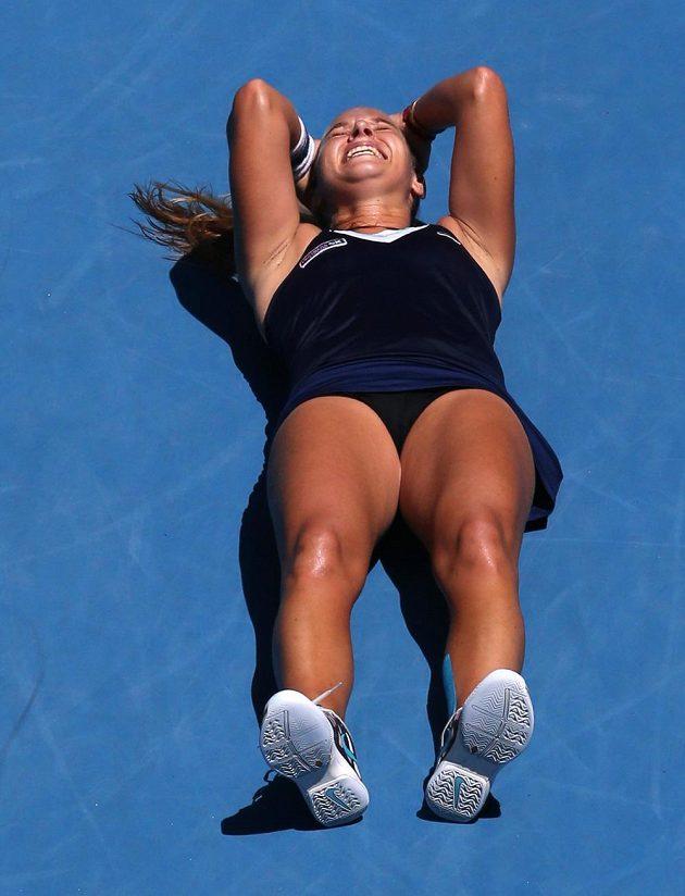 Dominika Cibulková se raduje po výhře nad Rumunkou Simonou Halepovou.