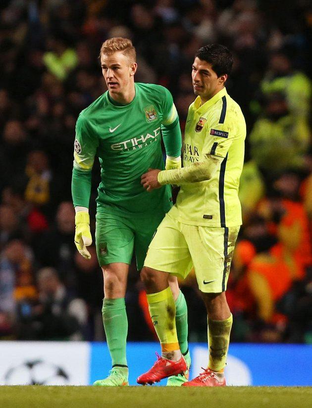 Barcelonský Luis Suárez (vpravo) a brankář Manchesteru City Joe Hart po prvním osmifinále LM.