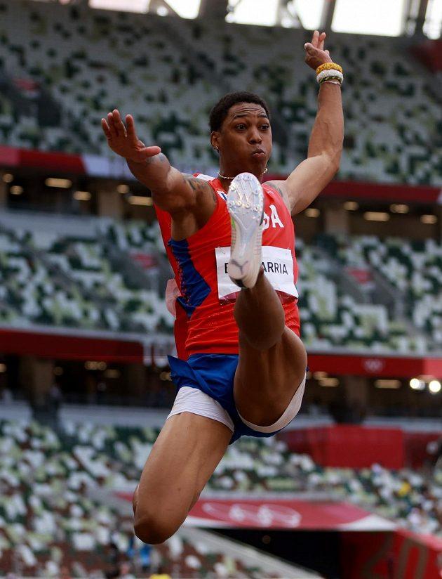 Kubánský dálkař Juan Miguel Echevarría během závodu dálkařů na olympijských hrách v Tokiu.