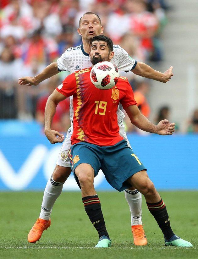 Tvrdá bitva o postup! Vpředu Španěl Diego Costa, vzadu Rus Sergej Ignaševič.
